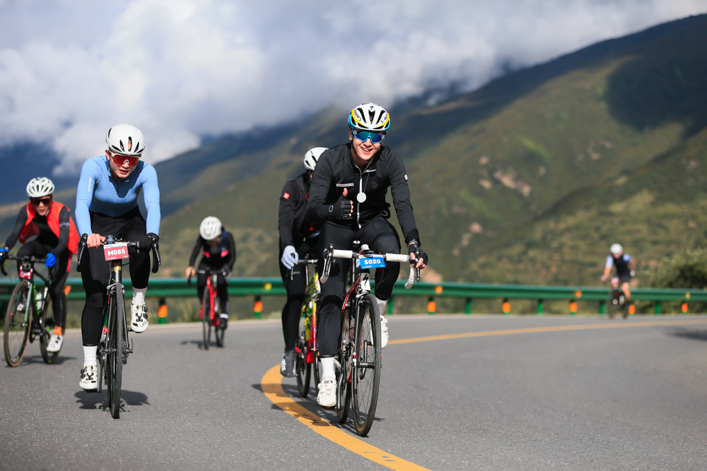 第二届四姑娘山熊猫大道自行车公开赛顺利开赛